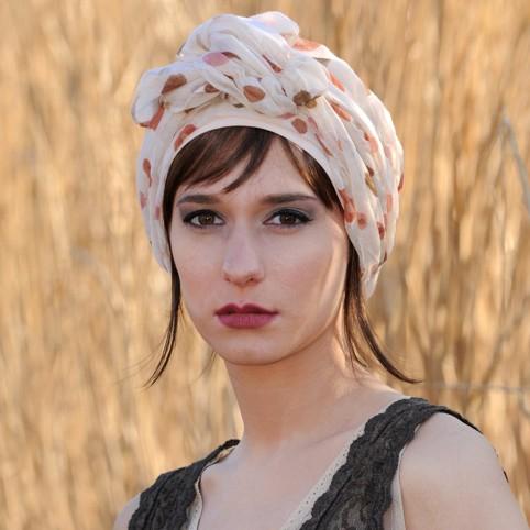 Bonnet LOLA SUN Rose Clair avec ouverture frontale pour glisser une frange.